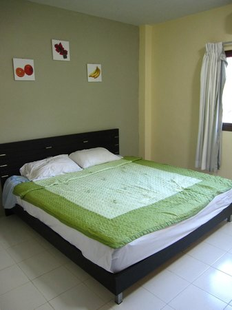 Pineapple Guesthouse: Our comfy bed.