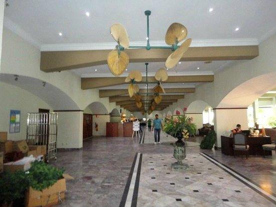 Plaza Hotel Curacao: A Recepção com ventiladores tipicos