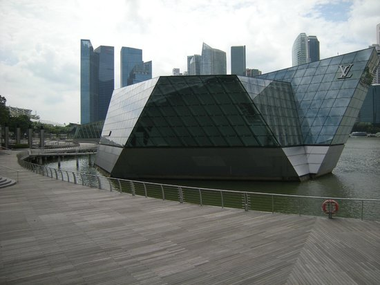 The Shoppes at Marina Bay Sands : Floating Louis Vuitton store