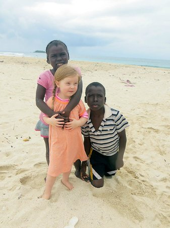 Cayos Cochinos : Garifuna kids and friend at the caye where lunch is served