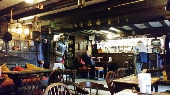 Bull i' th' Thorn: Nice bar area. Plenty to look at.