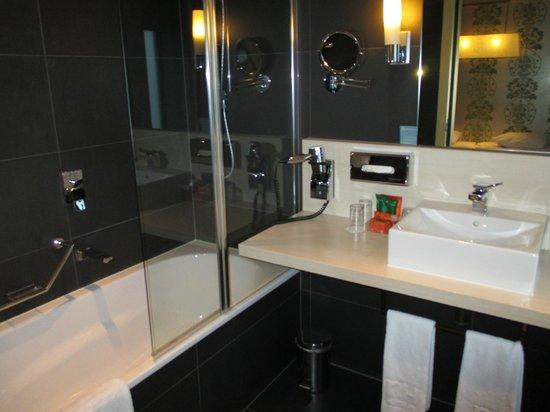 NH Amsterdam Zuid: bathroom