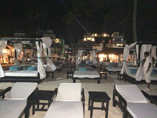 Presidential Suites - Punta Cana : Beach evening time - view towards one of the restuarants