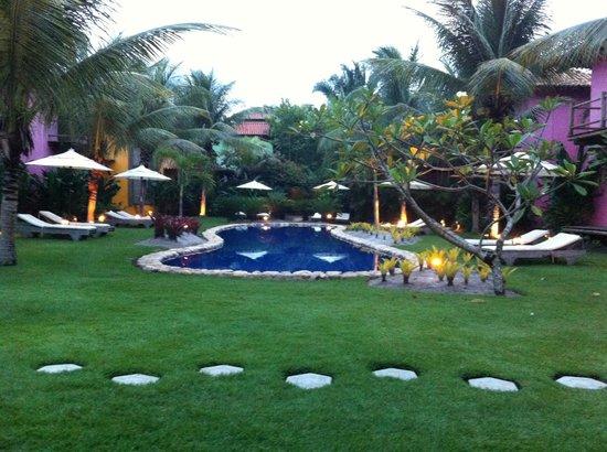 Pousada Vira Canoa: Jardim, piscina e apartamentod