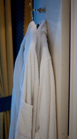 BEST WESTERN Hotel Royal Centre: Халаты в номере