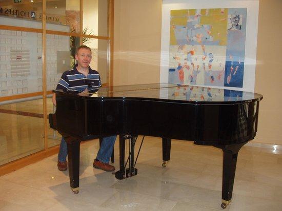 Hotel RH Princesa: me in the piano bar