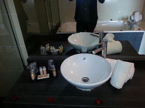 Clarion Suites Senart Paris Sud : salle de bain