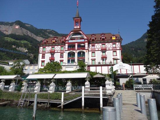 Hotel Vitznauerhof: Вид отеля со стороны Фирвальдштетского озера