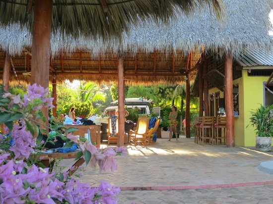Rise Up Surf Tours Nicaragua : Bar and dining area