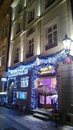 Hotel U Zlateho Stromu: Frente do hotel