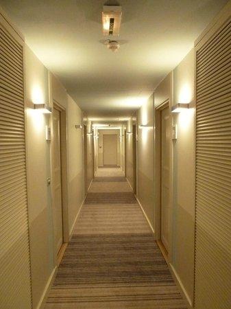 Beach Hotel : couloir desservant les chambres