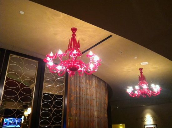 New Orleans Marriott: Front desk chandeliers, so trnedy