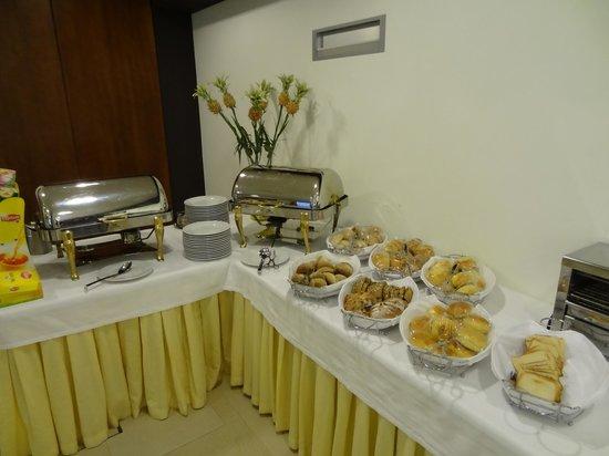 Cinquentenario Hotel: Bufet de pequeno almoço