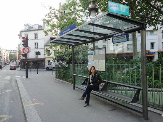 Citadines Bastille Marais Paris: Elisabete esperando o ônibus, Citadines ao fundo