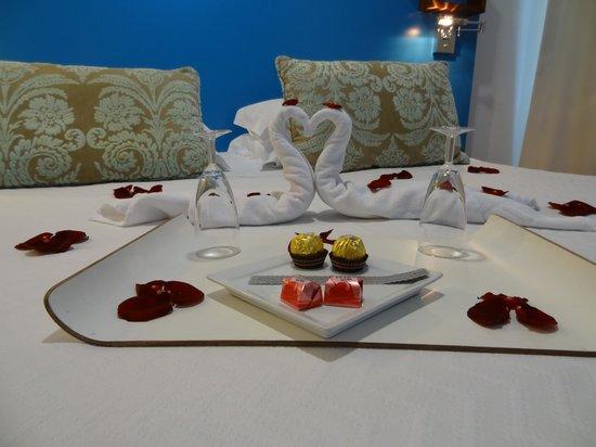 Saboia Estoril Hotel : Pormenor da cama e decoração romântica