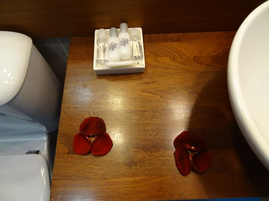 Saboia Estoril Hotel: Amenities e decoração com pétalas de rosa vermelha