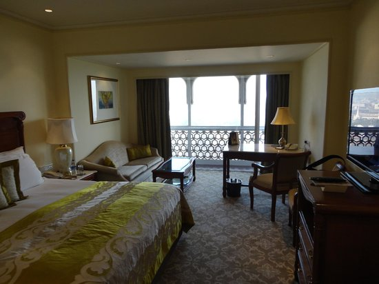 The Taj Mahal Palace: Deluxe room - tower. 14th floor