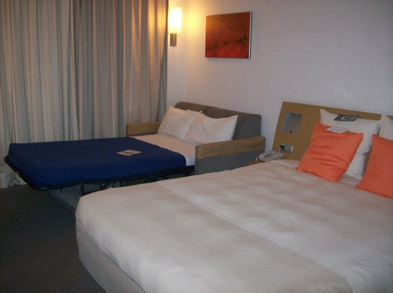 Novotel Valladolid: Cama principal y sofá cama