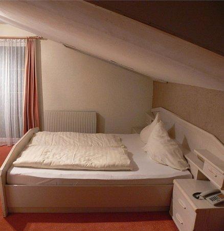Gotznerhof: Rm 23 Top floor sloped ceiling.