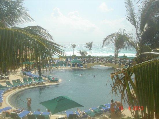 GR Solaris Cancun : cadeiras de piscina totalmente reservadas sem os hospedes