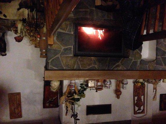 Hotel Strachanovka: Fireplace in restaurant