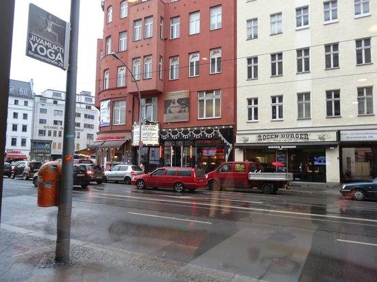 Ibis Styles Berlin Mitte: Breakfast area + view outside