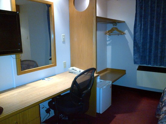 Travelodge Brockville: Desk area