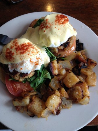 Sneakers Bistro & Cafe: cooked perfect crab cake benedict