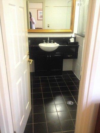 Adina Apartment Hotel Brisbane Anzac Square: Bathroom vanity