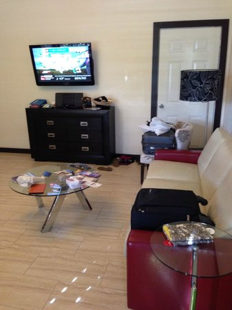 Tradewinds Apartment Hotel: Living Room