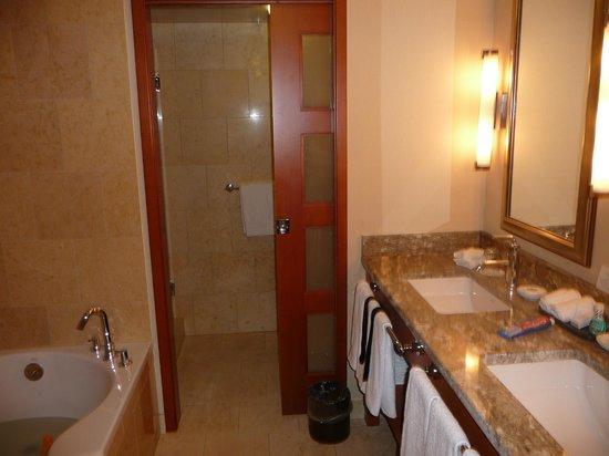 The Paramount Hotel : Deluxe bathroom