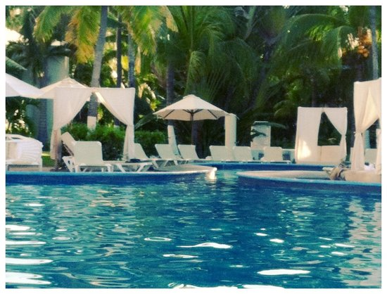 Emporio Ixtapa: When not over crowded, the pool area looks like this.... Beautiful!