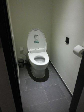 Hotel ShinShin Myeongdong: Toilet