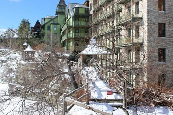 Mohonk Mountain House: Snowy path