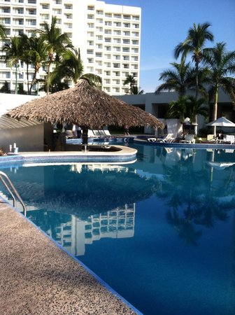 Emporio Ixtapa: Pool bar area first thing in the morning - serene and quiet