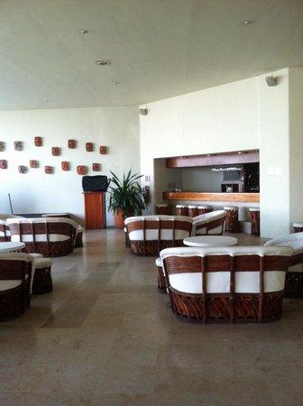 Emporio Ixtapa: The lobby area where entertainment happens at night