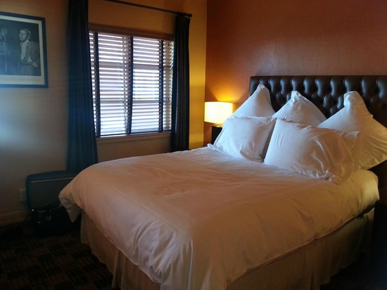 Inn at El Gaucho: Super cozy bed and pillows