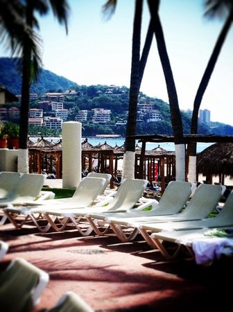 Emporio Ixtapa: A view from my pool lounge chair at the resort