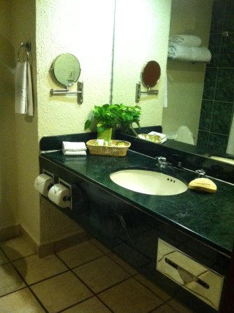 Emporio Ixtapa: Bathroom in room 622
