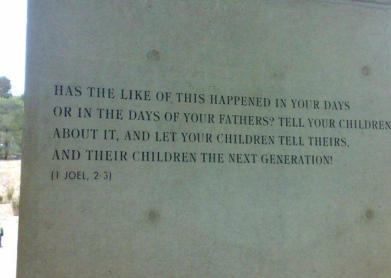 Mémorial de Yad Vashem : La targa con il versetto di Gioele (1, 2-3)