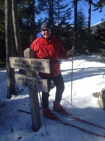 Great Glen Trails Outdoor Center: Skiing to the warming hut.