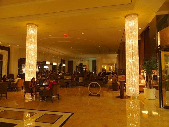 Trump International Hotel Las Vegas: Lobby do hotel, com o bar central.