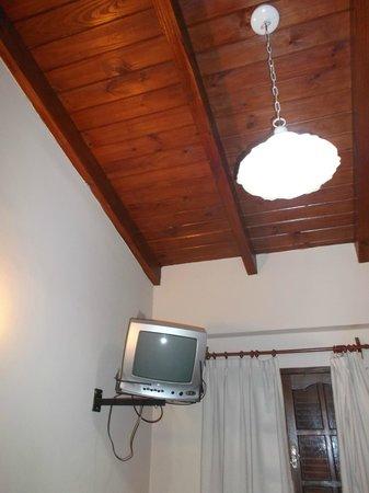 Hostal La Casona de la Linda: Salta, Argentina, La Casona de La Linda. TV y cielo con vigas a la vista.