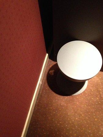 Kyriad Paris 10 - Gare Du Nord: Paper behing stool