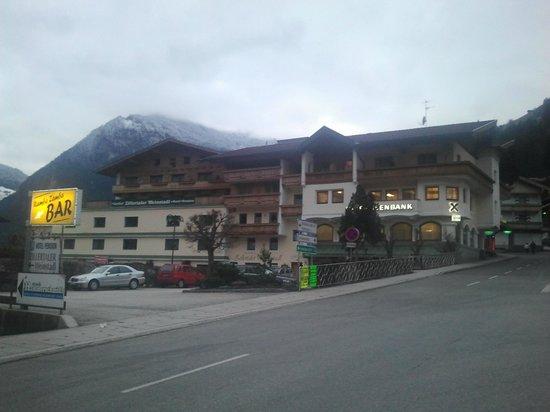 Zillertaler Weinstadl: Rückseite des Hotels mit Parkplatzzufahrt