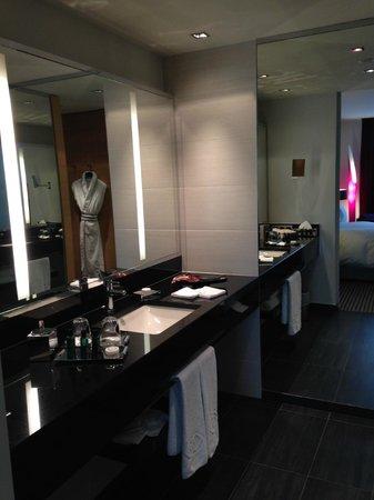 Sofitel Luxembourg Le Grand Ducal: Banheiro do apartamento