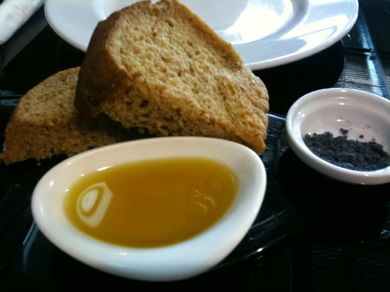 Vine Eatery & Bar: Hot bread with Mineral salt and Olive oil Yummy