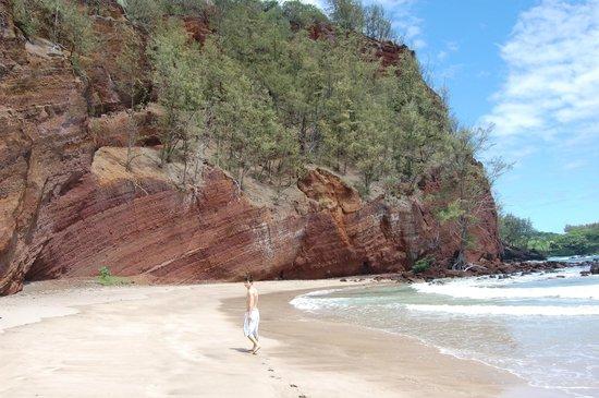 Hamoa Beach: Red sand cliffs