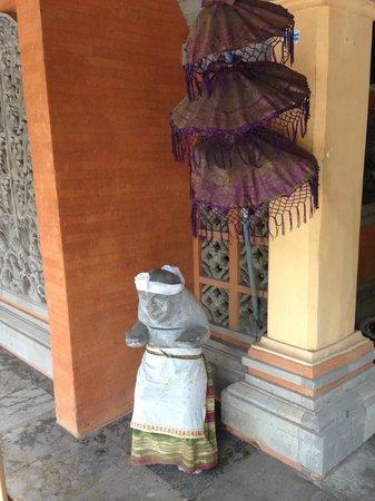 The Rishi Candidasa Beach Hotel: Statue à l'entrée de l'hotel