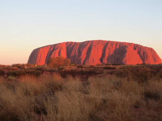 Ayers Rock Resort Shopping Centre: Another sunset view of ayers Rock